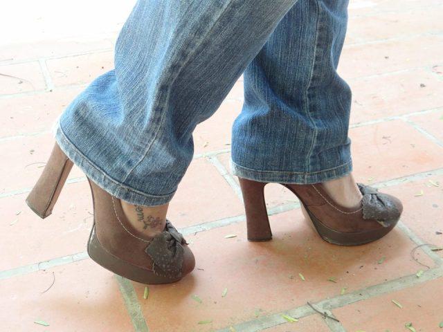 Sapato de salto grosso marrom